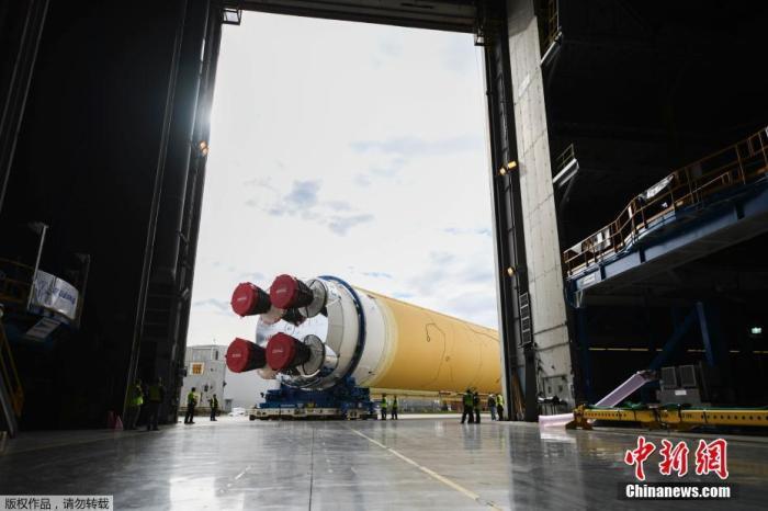"""1月6日,美国国家航空航天局(NASA)发布一张照片显示,美国的登月火箭――太空发射系统(SLS)的核心组件正移至路易斯安那州新奥尔良米却德装配厂的110号楼。据悉,该机构的""""阿尔忒弥斯3号""""登月计划致力于在2024年前将首名女性宇航员和一名男性宇航员送上月球表面。"""