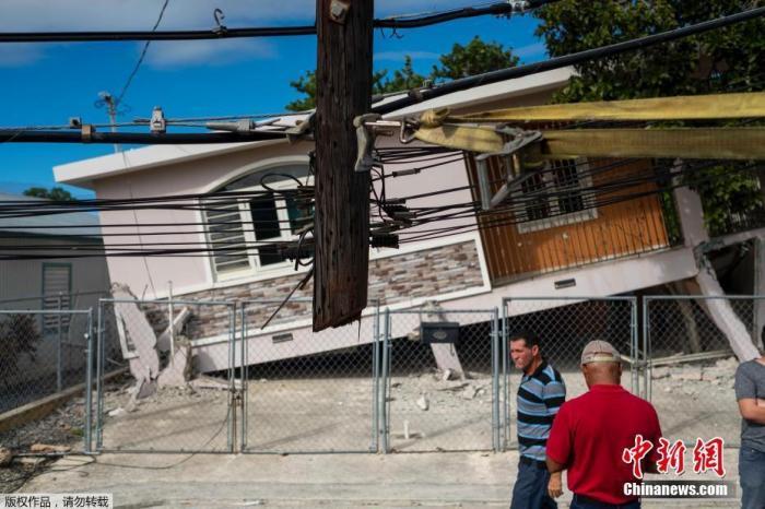 当地时间1月6日,美国海外属地波多黎各地区发生里氏5.8级地震。目前暂无人员伤亡报告。据美国地质调查局地震信息网消息,地震发生在当地时间6日上午6时32分,震中位于波多黎各南部瓜亚尼亚镇印第奥斯区东南偏南13公里处,震源深度6公里。 图为地震中倒塌的房屋。