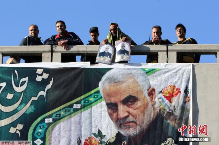 """当地时间1月7日,伊朗指挥官苏莱曼尼的遗体运抵其家乡克尔曼,赶来哀悼的民众和此前一天在德黑兰一样多,现场""""人山人海""""。在苏莱曼尼的葬礼上发生踩踏事件,已致40人死亡213人受伤,苏莱曼尼的安葬仪式被无限期推迟。"""