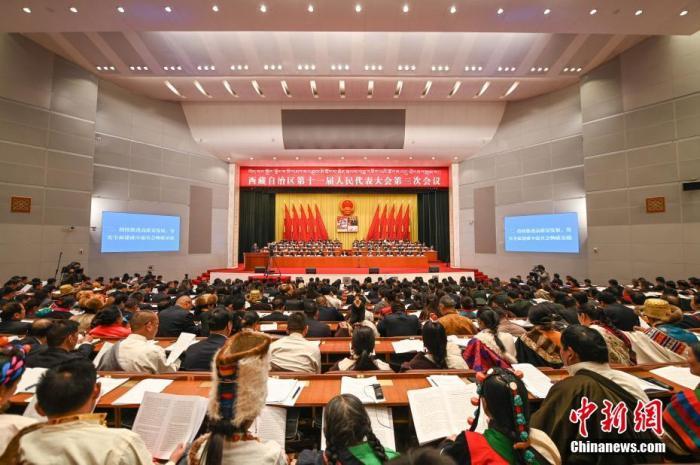 1月7日,西藏自治区十一届人大三次会议在拉萨开幕。 何蓬磊 摄