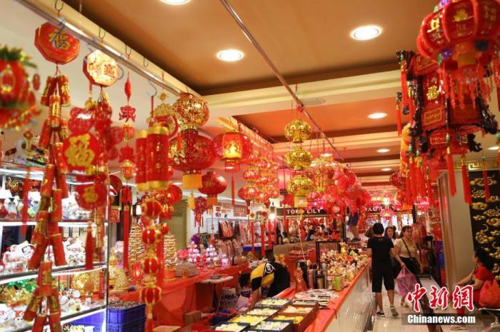 """2020年元旦过后,印尼首都雅加达便进入了迎接中国新春佳节的""""迎春""""季。图为1月6日,雅加达唐人街新落成的唐城坊二楼新春用品商场。<a target='_blank' href='http://www.chinanews.com/'>中新社</a>记者 林永传 摄"""