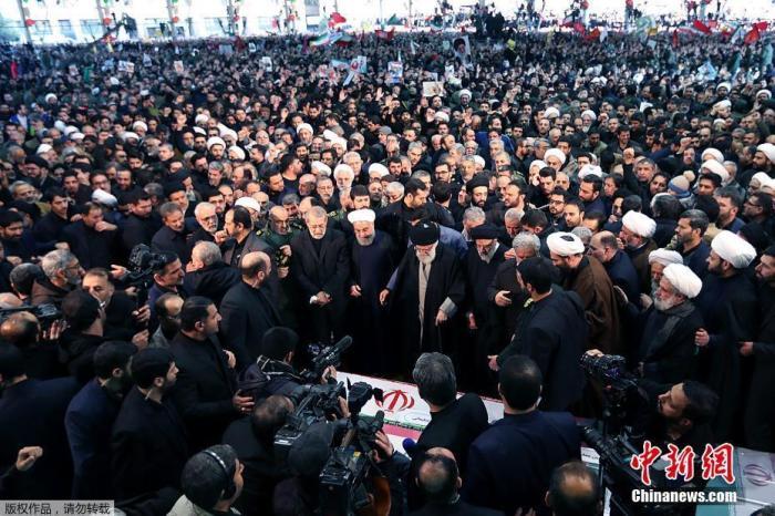 当地时间1月6日,成千上万的伊朗民众走上德黑兰街头,向被美军击杀的高级军官苏莱曼尼表示敬意,伊朗最高领袖哈梅内伊在苏莱曼尼的追悼仪式上为其祷告。图为伊朗最高领袖哈梅内伊和总统鲁哈尼在追悼会上。