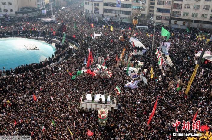 当地时间1月6日,成千上万的伊朗民众走上德黑兰街头,向被美军击杀的高级军官苏莱曼尼表示敬意,伊朗最高领袖哈梅内伊在苏莱曼尼的追悼仪式上为其祷告。图为参加追悼会的民众淹没德黑兰市中心的一处广场。