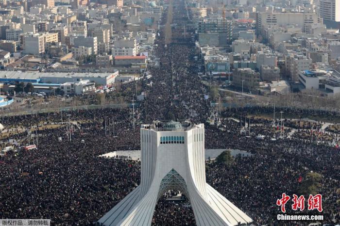 当地时间1月6日,成千上万的伊朗民众走上德黑兰街头,向被美军击杀的高级军官苏莱曼尼表示敬意,伊朗最高领袖哈梅内伊在苏莱曼尼的追悼仪式上为其祷告。图为成千上万的民众走上德黑兰街头参加追悼会。