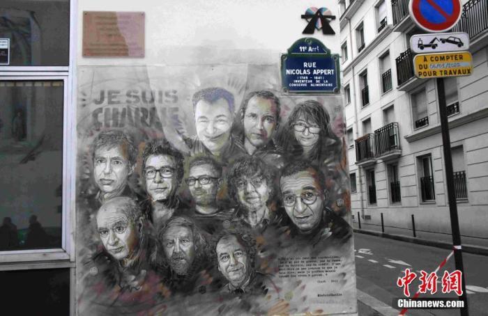 当地时间1月7日,法国纪念《查理周刊》恐怖袭击事件五周年。由涂鸦艺术家克里斯蒂安?奎米创作的壁画被安放在街角,这幅壁画描绘了在袭击事件中的遇难者形象。壁画表面已经安装上玻璃,防止被破坏。《查理周刊》巴黎总部2015年1月7日遭恐怖分子袭击。12人在袭击中死亡,另有11人受伤。中新社记者 李洋 摄