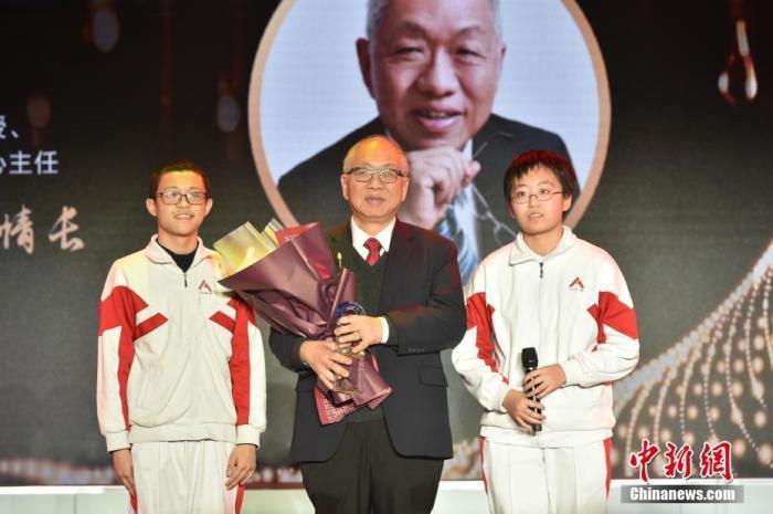 图为中国人民大学附属中学的两位同学为丘成桐献上奖杯,致敬杰出的华人数学家。<a target='_blank' href='http://www.chinanews.com/'>中新社</a>记者 翟璐 摄