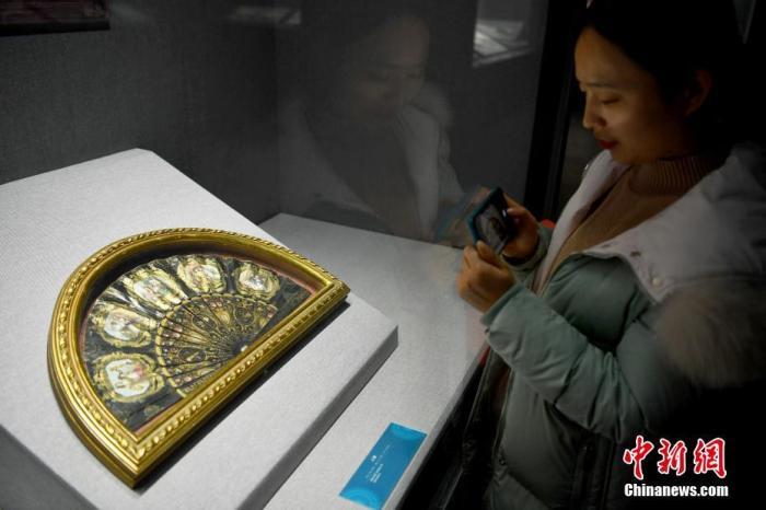 图为一位市民参观展览。记者 翟羽佳 摄