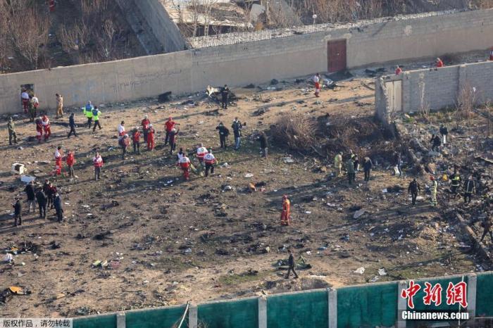 """当地时间1月8日,原计划飞往基辅的乌克兰PS752航班从伊朗德黑兰霍梅尼国际机场起飞不久后坠毁,客机上人员全部遇难。据伊朗法尔斯通讯社消息称,这架波音737型客机属于乌克兰国际航空,当天从霍梅尼国际机场起飞后因""""技术问题""""在机场附近坠毁,机上有乘客及空乘人员共180人。图为客机坠毁现场。"""