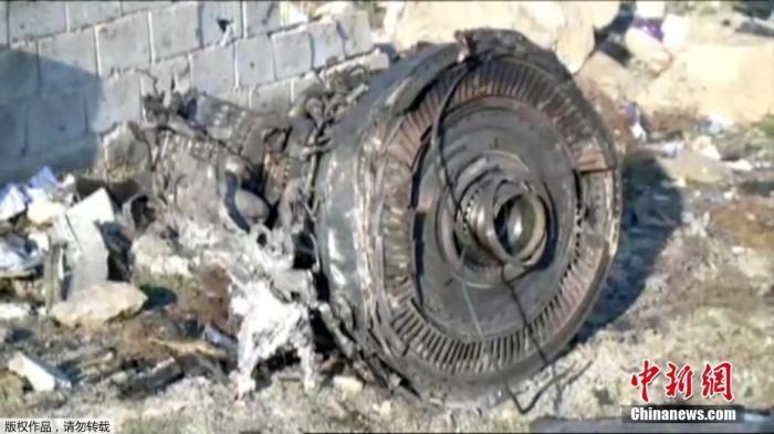 1月8日,据伊朗半官方媒体塔斯尼姆(Tasnim)通讯社报道,一架载有近180人的乌克兰客机,在伊朗目霍梅尼国际机场附近坠毁。据伊朗半官方媒体塔斯尼姆(Tasnim)通讯社报道,一架载有近180人的乌克兰客机,在伊朗目霍梅尼国际机场附近坠毁。据外媒援引伊朗国家电视台报道,客机上的所有人员全部遇难。图为现场发现的客机残骸。