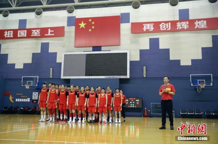 資料圖:中國女籃主教練許利民介紹此次女籃集訓隊的人員情況,并闡述奧運資格賽的備戰思路。<a target='_blank' href='http://www.jylmpo.tw/'>中新社</a>記者 盛佳鵬 攝