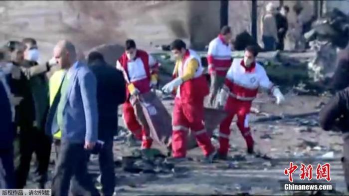救援人员在现场救援。