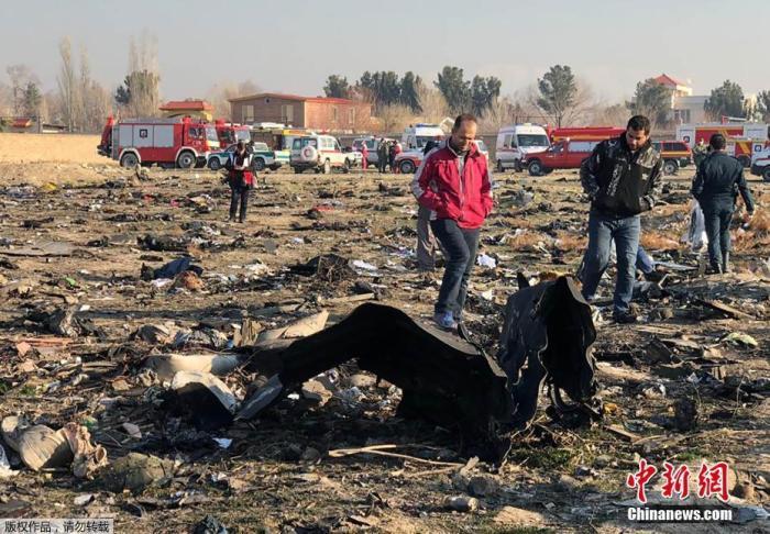 1月8日,一架载有167名乘客和9名机组人员的乌克兰客机,在伊朗目霍梅尼国际机场附近坠毁。图为飞机坠毁现场一片狼藉。
