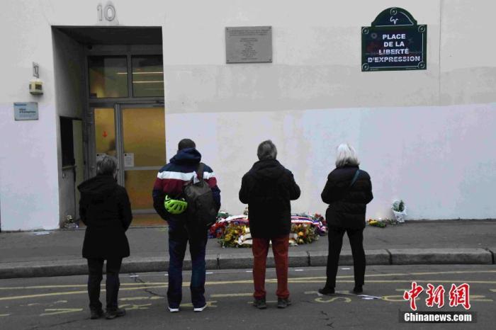 当地时间1月7日,法国纪念《查理周刊》恐怖袭击事件五周年。虽然大罢工仍在继续,依然不断有民众自发来到《查理周刊》前巴黎总部所在地,为死难者献花并哀悼。