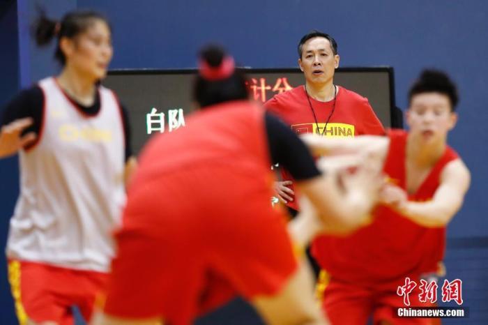 资料图:图为中国女篮主教练许利民(后方)在指导队员。<a target='_blank' href='http://www.chinanews.com/'>中新社</a>记者 盛佳鹏 摄