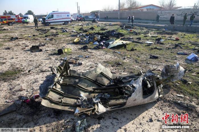 资料图:现场搜救工作仍在继续,事故现场可以看到飞机已经全部成为碎片。