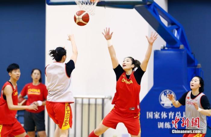 1月8日,由中国篮球协会主办的2020中国女篮新春媒体公开课在北京国家体育总局训练局举行。图为中国女篮队员李梦(右二)在训练中防守。中新社记者 盛佳鹏 摄