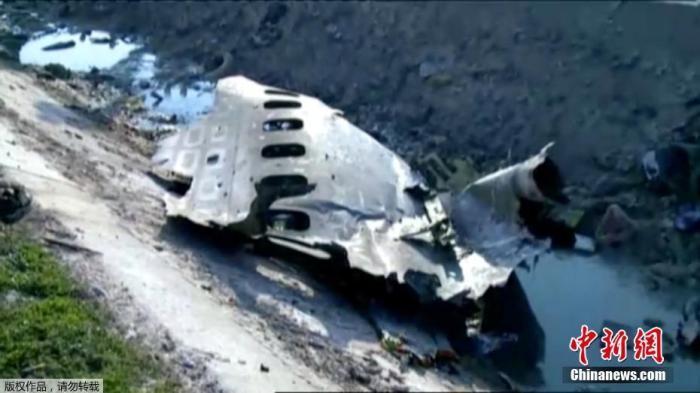 据伊朗半官方媒体塔斯尼姆(Tasnim)通讯社报道,一架载有近180人的乌克兰客机,在伊朗目霍梅尼国际机场附近坠毁。据外媒援引伊朗国家电视台报道,客机上的所有人员全部遇难。