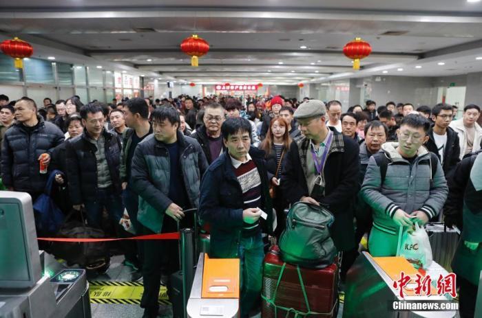 旅客在铁路上海站等待验票。殷立勤 摄