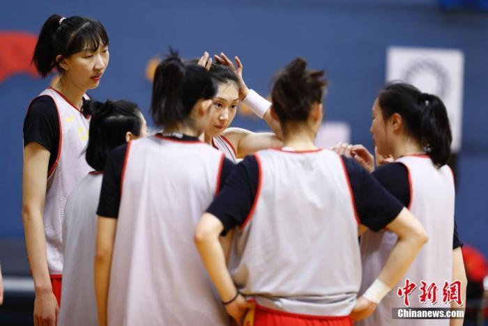 资料图:1月8日,由中国篮球协会主办的2020中国女篮新春媒体公开课在北京国家体育总局训练局举行。图为中国女篮队员韩旭(左一)、孙梦然(右三)准备与队友进行训练。<a target='_blank' href='http://Lesay.cn/'>中新社</a>记者 盛佳鹏 摄