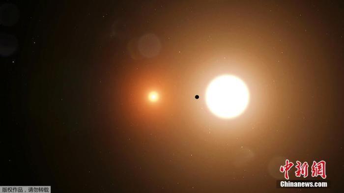 1月8日消息,,近日NASA宣布其行星搜寻任务苔丝又有新发现,首次发现了一颗围绕两个恒星运行的行星TOI 1338b,它在1300光年外被发现。TOI 1338b的大小介于海王星和土星之间,它的恒星一颗的质量比太阳大10%,另一颗则更小、更冷。