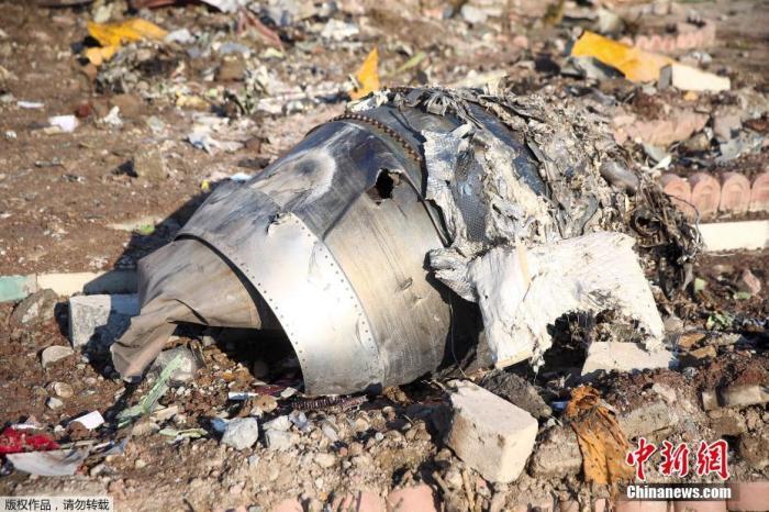事故现场可以看到飞机已经全部成为碎片。