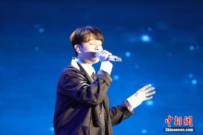 图为马来西亚华裔青年歌手尤长靖演唱《一颗星的夜》。<a target='_blank' href='http://www.chinanews.com/'>中新社</a>记者 李骏 摄