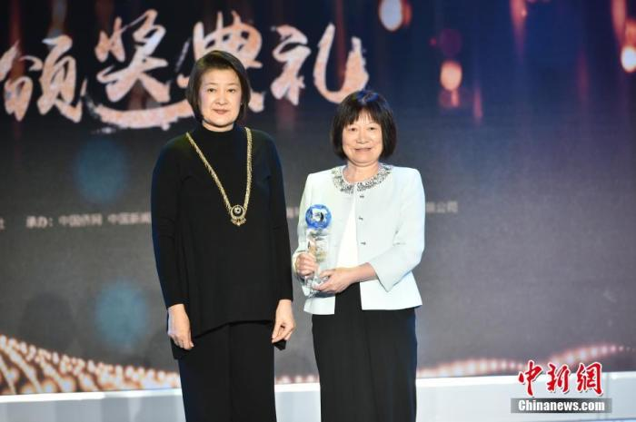 图为林书豪母亲代表林书豪领奖,中国女篮原队长宋晓波颁奖。中新社记者 翟璐 摄