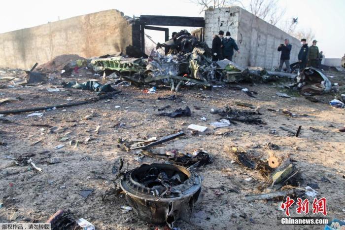 一架乌克兰客机从伊朗德黑兰机场起飞后不久坠毁,图为坠机现场一片狼藉。