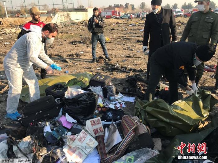 """当地时间1月8日,原计划飞往基辅的乌克兰PS752航班从伊朗德黑兰霍梅尼国际机场起飞不久后坠毁,客机上人员全部遇难。据伊朗法尔斯通讯社消息称,这架波音737型客机属于乌克兰国际航空,当天从霍梅尼国际机场起飞后因""""技术问题""""在机场附近坠毁,机上有乘客及空乘人员共180人。图为救援人员在整理遇难者的物品。"""