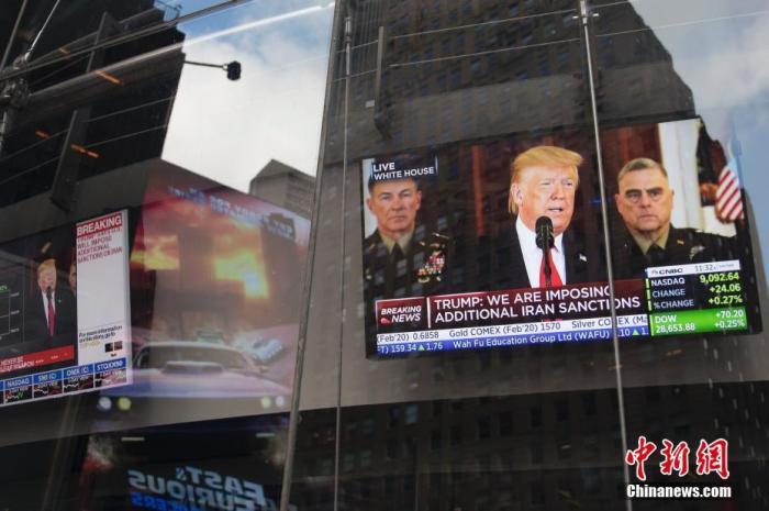 当地时间1月8日,美国总统特朗普在白宫发表电视讲话称,伊朗7日对美国在伊拉克军事基地的袭击未造成人员伤亡,美国将对伊朗实施新一轮经济制裁。图为纽约时代广场的电视直播特朗普电视讲话。 <a target='_blank' href='http://www.sjizh.com/'>中新社</a>记者 廖攀 摄