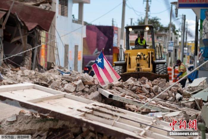 当地时间1月9日,波多黎各遭遇强震过后街头一片狼藉。