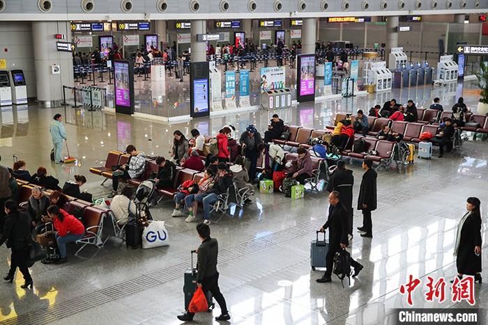 资料图:旅客在机场航站楼候机。 中新社记者 瞿宏伦 摄
