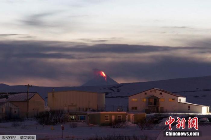 当地时间1月6日,在美国阿拉斯加的冷弯看到的希尔沙丁火山(Shishaldin Volcano)喷发。据报道,希沙尔丁火山在当地时间3日爆发。据阿拉斯加火山观测所表示,喷发的灰烬直冲逾2万英尺高空,甚至可能达2.4万英尺,引发航飞警报。