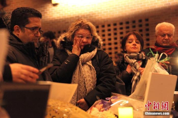 当地时间1月9日晚,为伊朗德黑兰发生的乌克兰客机坠毁事件中遇难者举行的追思会在加拿大多伦多北约克市政中心举行。来自大多伦多地区伊朗裔社区及其他社区的大批民众参加活动,表达哀思。中新社记者 余瑞冬 摄