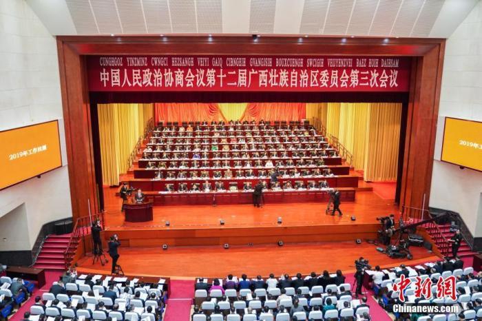 1月11日,中國人民政治協商會議第十二屆廣西壯族自治區委員會第三次會議在南寧開幕。  中新社記者 陳冠言 攝