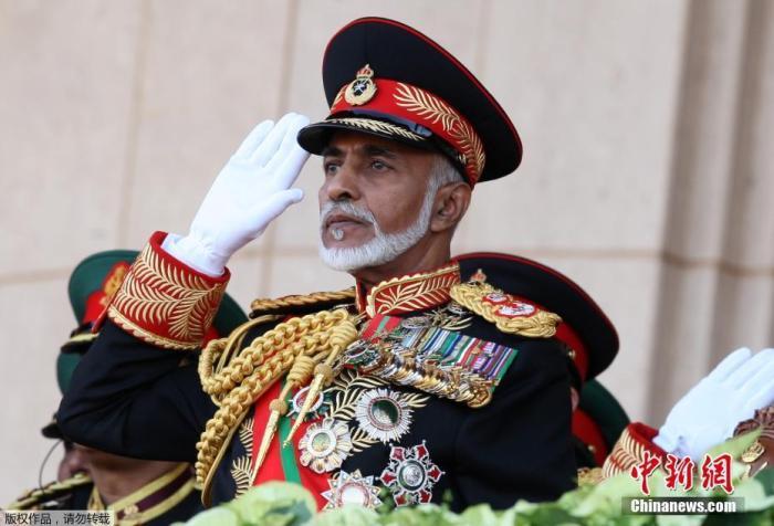 資料圖:2010年11月29日,卡布斯·本·賽義德(前)在阿曼首都馬斯喀特舉行的阿曼國慶40周年慶典閱兵儀式上。