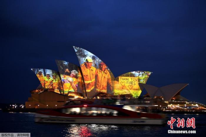 """当地时间1月11日,澳大利亚悉尼歌剧院亮灯,投影在建筑上的是一张来自山火一线消防员的照片,照片上写着""""感谢你们,消防员。""""悉尼歌剧院以此向消防员表达敬意。"""