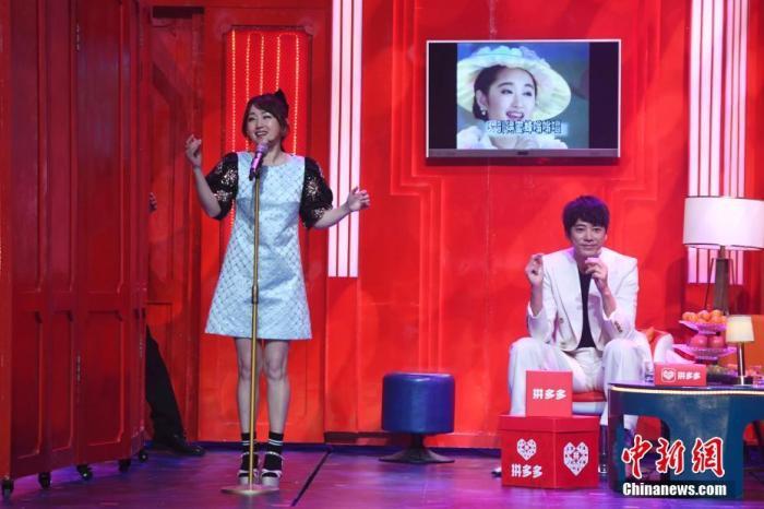 杨钰莹(图左)与苏见信跨界演小品。杨华峰 摄