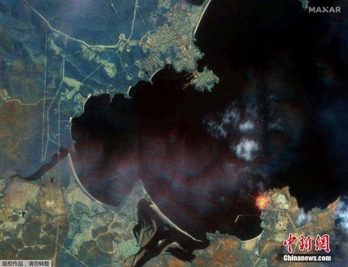 """1月14日讯,卫星图像显示1月12日澳大利亚新南威尔士州伊甸园林火灾区卫星图像,画面清晰可见火势依旧猛烈。据报道,澳大利亚山火已燃烧数月,烧毁了超过2000栋房屋,并导致28人死亡。NASA根据卫星拍摄到的图像表示,元旦前后大火产生的烟雾已经跨越太平洋,越过南美洲,并在1月8日前""""绕地球半周""""。"""
