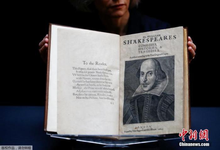 当地时间1月13日,威廉·莎士比亚的作品合集《第一对开本》在英国伦敦佳士得拍卖行展出。
