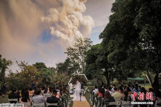 资料图:一对菲律宾新人举行婚礼。