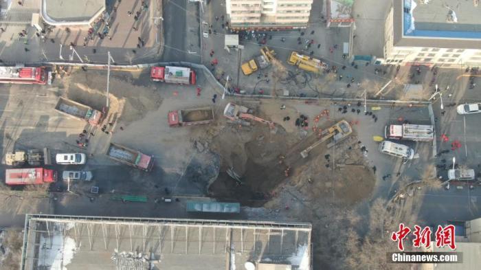 13日17时30分许,西宁市南大街路面发生坍塌事故。图为航拍事故救援现场。张坤 摄