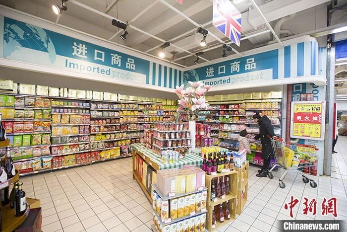 资料图:山西太原一超市内,消费者正在选购进口商品。中新社记者 张云 摄