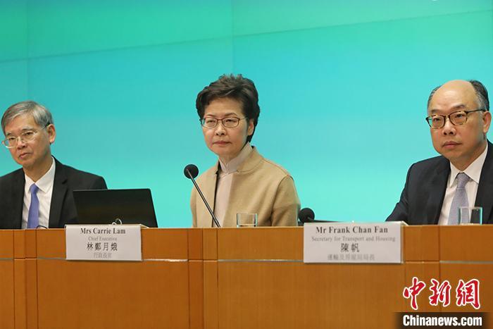 1月14日,香港特区行政长官林郑月娥(中)联同劳工及福利局局长罗致光(左)和运输及房屋局局长陈帆(右)召开记者会,宣布推出十项民生政策新措施,着力基层,为民解困。 中新社记者 谢光磊 摄