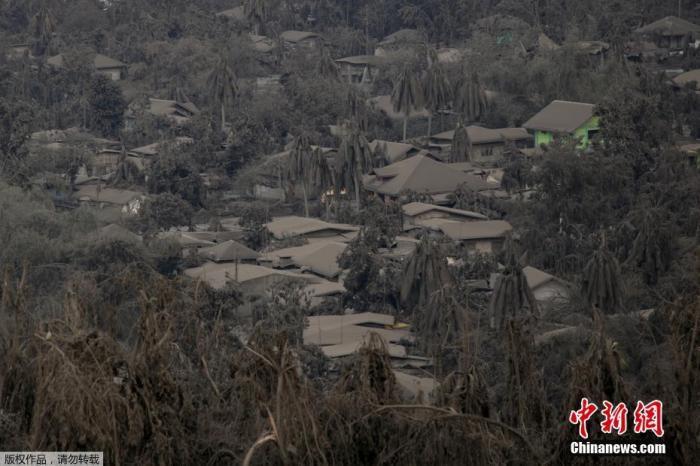 菲律宾火山与地震研究所指出,强烈的地震活动可能代表岩浆不断侵入塔阿尔火山结构,恐会导致火山进一步喷发。图为被火山灰覆盖的城镇。