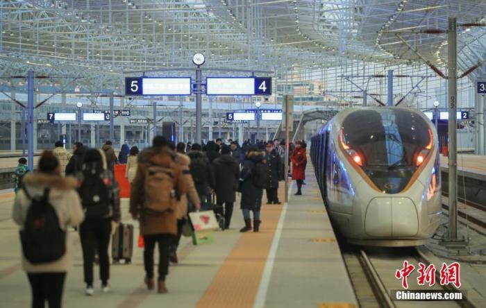 资料图:旅客进站乘坐高铁。 中新社记者 贾天勇 摄