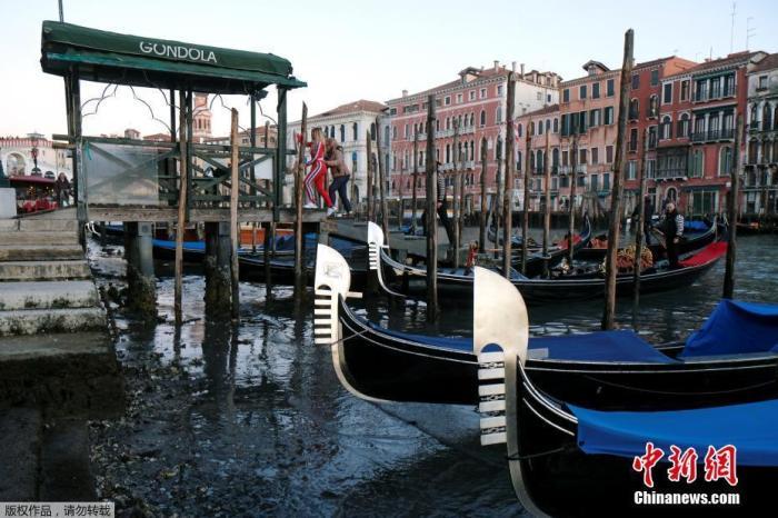 威尼斯2019年11月才遭逢大水灾,超过三分之二市区淹没在水中,最高水位来到1.87米。