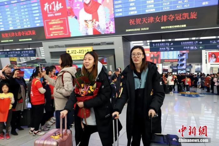 1月15日下午,在2019-2020赛季中国女子排球超级联赛中夺冠的天津女排乘坐高铁抵津,在天津西站受到了球迷和天津市民的热烈欢迎。图为天津女排队员王媛媛(前右一)、王宁(右二)出站。 /p中新社记者 张道正 摄