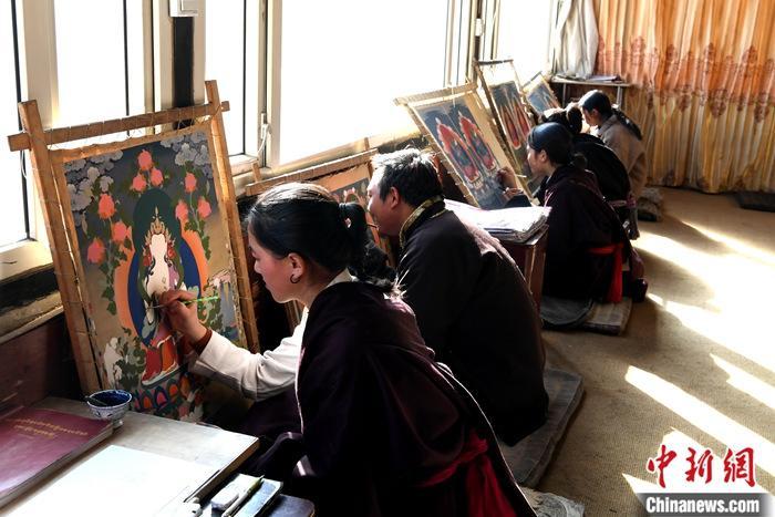 图为1月13日,唐卡画师们在绘制唐卡。<a target='_blank' href='http://www.chinanews.com/'>中新社</a>记者 安源 摄