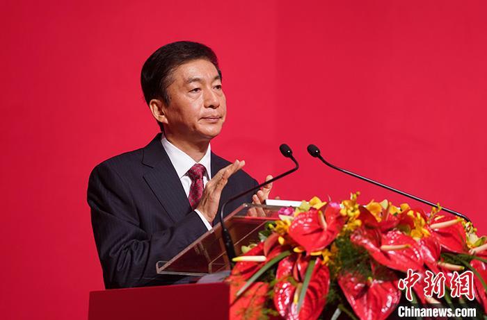 """1月15日,中央政府驻香港联络办公室2020年新春酒会在香港会议展览中心隆重举行。香港中联办主任骆惠宁在新春酒会上致辞。他说,珍惜香港这个家,是所有真正关心香港、爱护香港的人的共同心声、共同期盼和共同责任;让我们共同珍惜香港这个家,发挥好""""一国两制""""这一最大优势;让我们共同珍惜香港这个家,守护好法治文明这一核心价值;让我们共同珍惜香港这个家,守护好法治文明这一核心价值。 中新社记者 张炜 摄"""